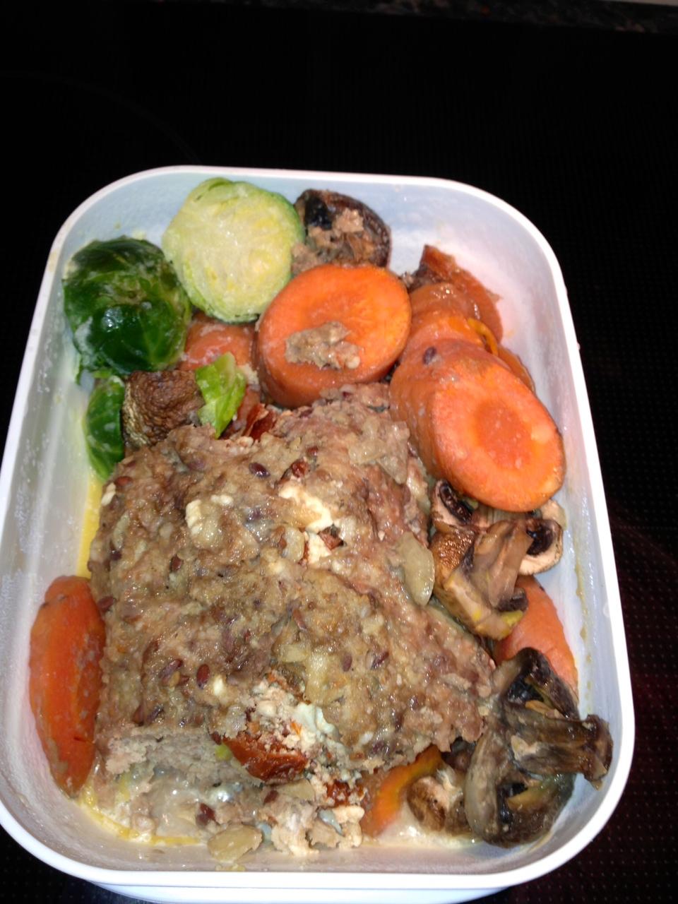 Köttfärslimpa fylld med fetaost och soltorkade tomater